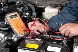 Testing voltage on the car battery with a multimeter. Troubleshooting the car